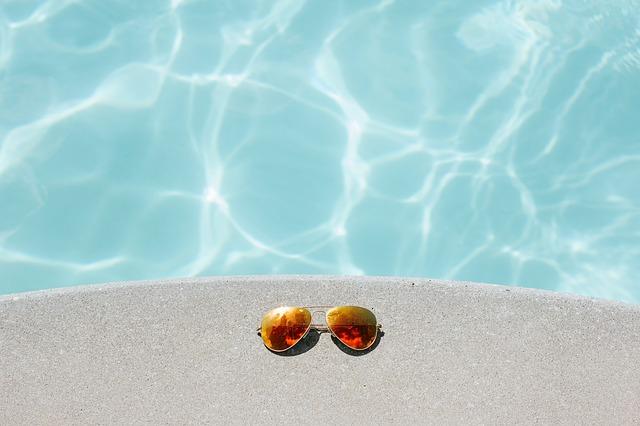bazén a sluneční brýle