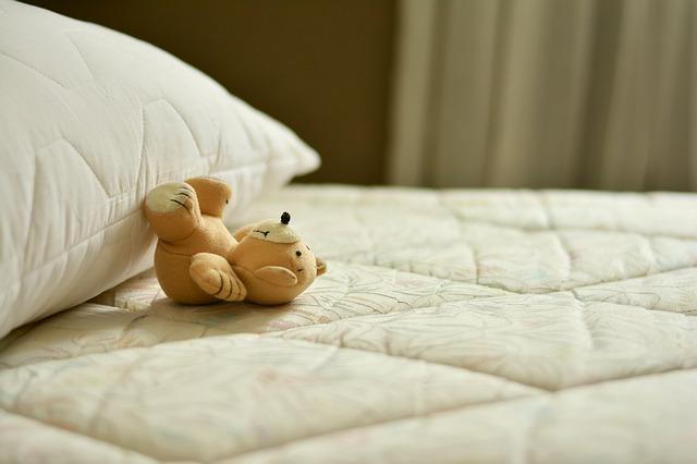 polštář a méďa na matraci