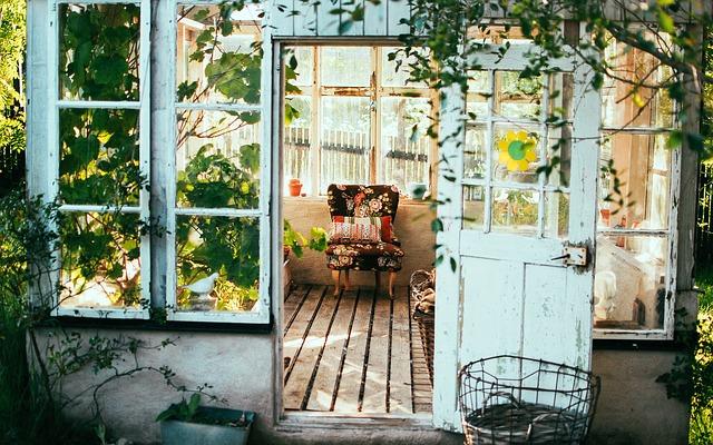prkna na chalupě na uzavřené terase